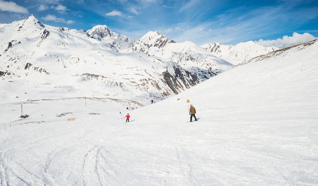 Skifahrer auf einer Piste in La Thuile La Rosière