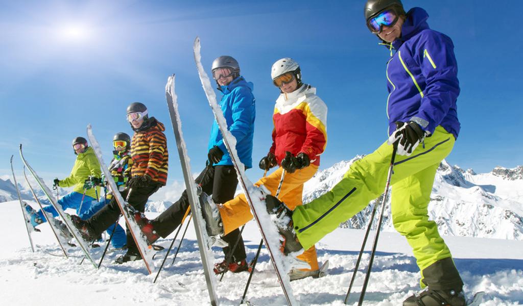 Skifahrer posieren in Lipno für die Kamera.