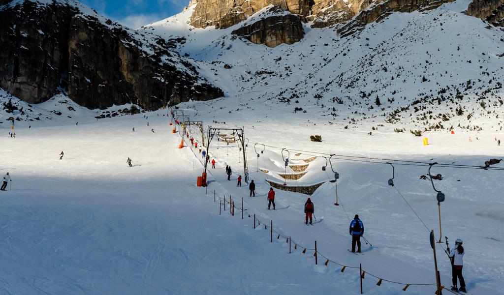 Skifahrer im Schlepplift im Alta-Badia-Skigebiet