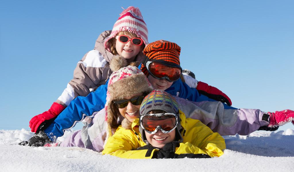 Eine Familie hat viel Spaß im Schnee.