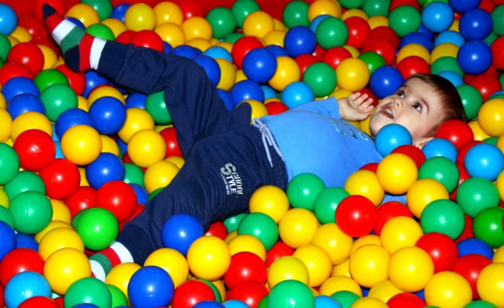 Bälleparadies • Quelle: https://pixabay.com/de/junge-spielplatz-ball-f%C3%A4rbung-kind-1212913/