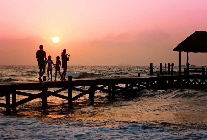 Familie im Urlaub • Quelle: https://pixabay.com/de/familie-pier-mann-frau-kinder-591579/