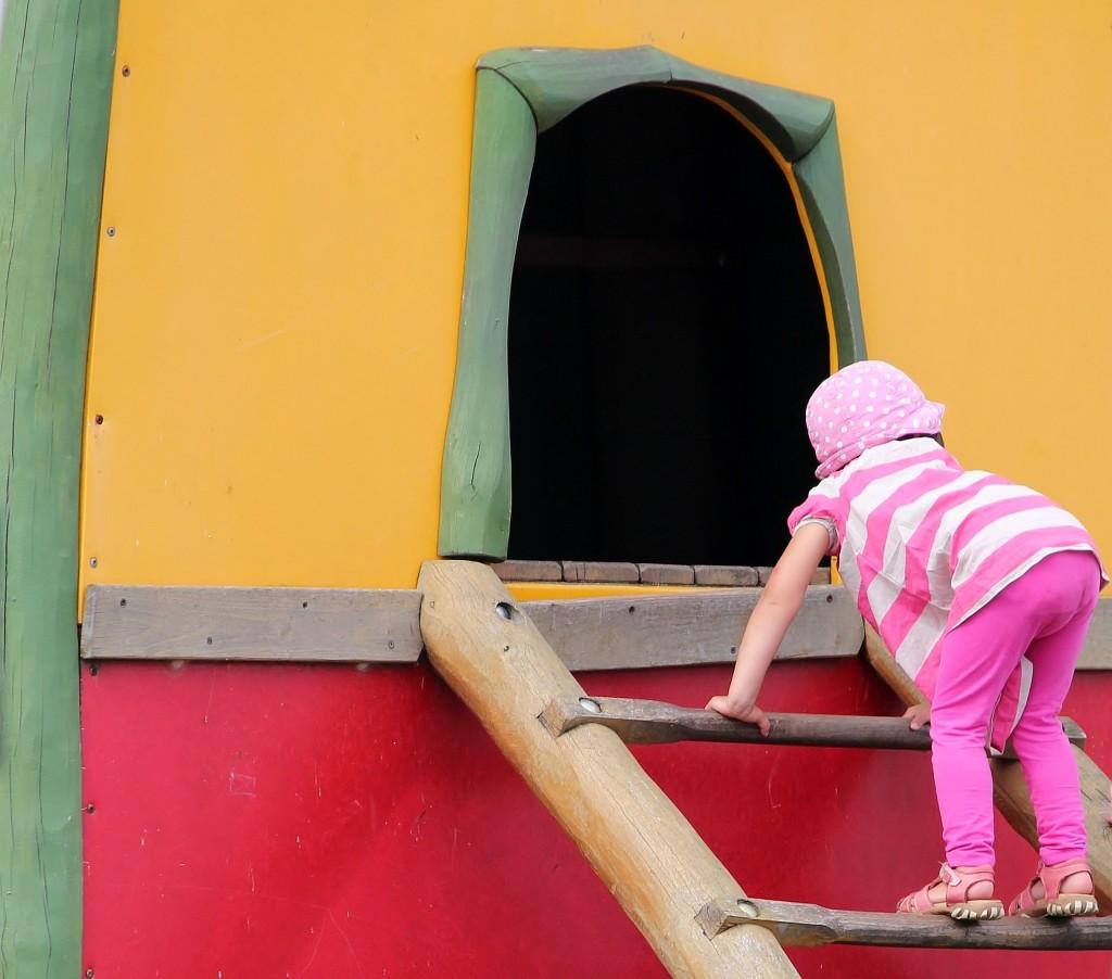 Kind auf Spielplatz • Quelle: https://pixabay.com/de/spielplatz-kind-klettern-leiter-888066/