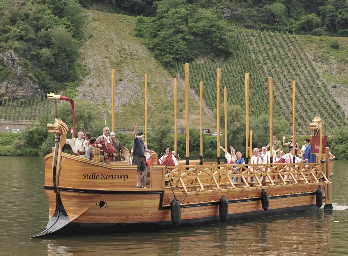 Mit dem Römerweinschiff können Sie die Mosel entlangfahren