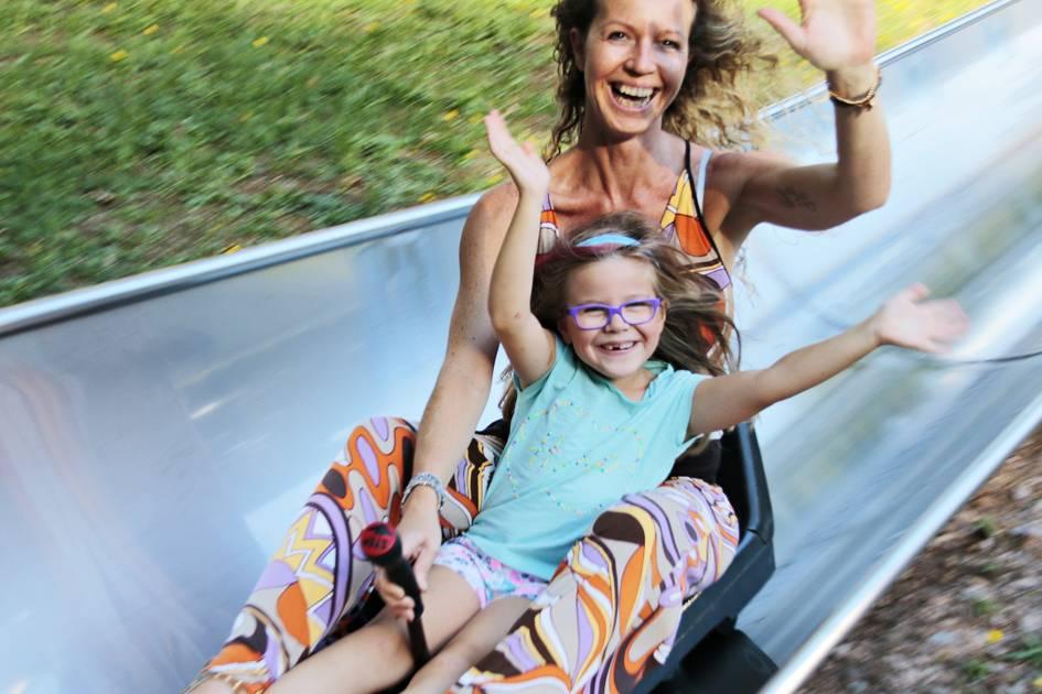 Eine tolle Freizeitbeschäftigung mit Kindern ist die Sommerrodelbahn